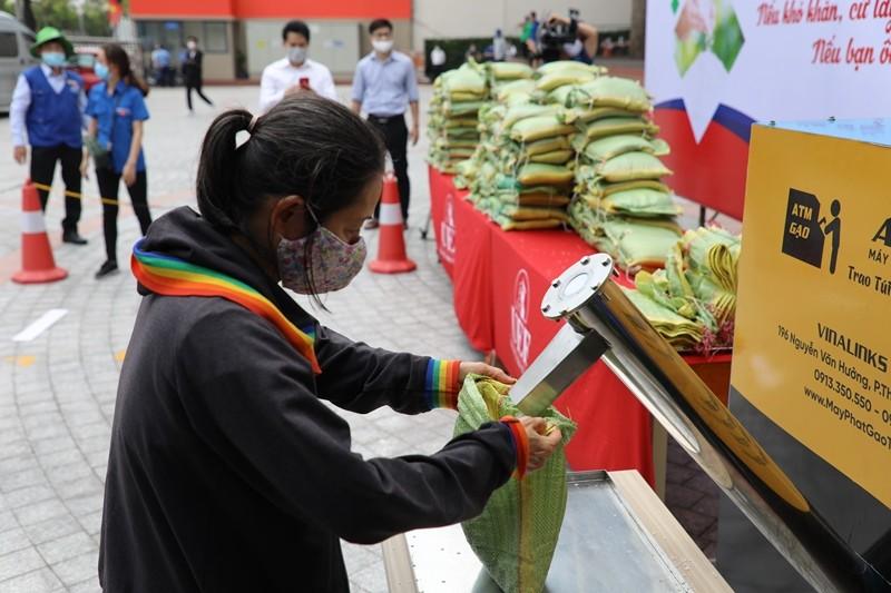 Trường đại học mở 'ATM gạo' giúp người nghèo trong dịch COVID - ảnh 1