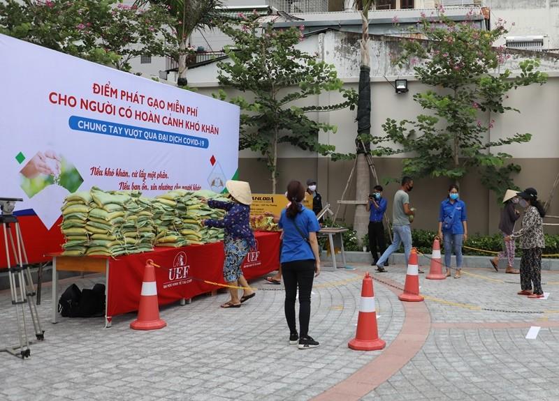 Trường đại học mở 'ATM gạo' giúp người nghèo trong dịch COVID - ảnh 2