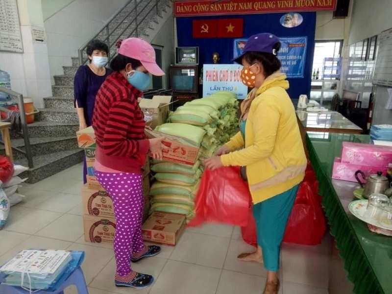 Phường Hiệp Bình Phước: Trao hàng ngàn phần quà cho dân nghèo - ảnh 2