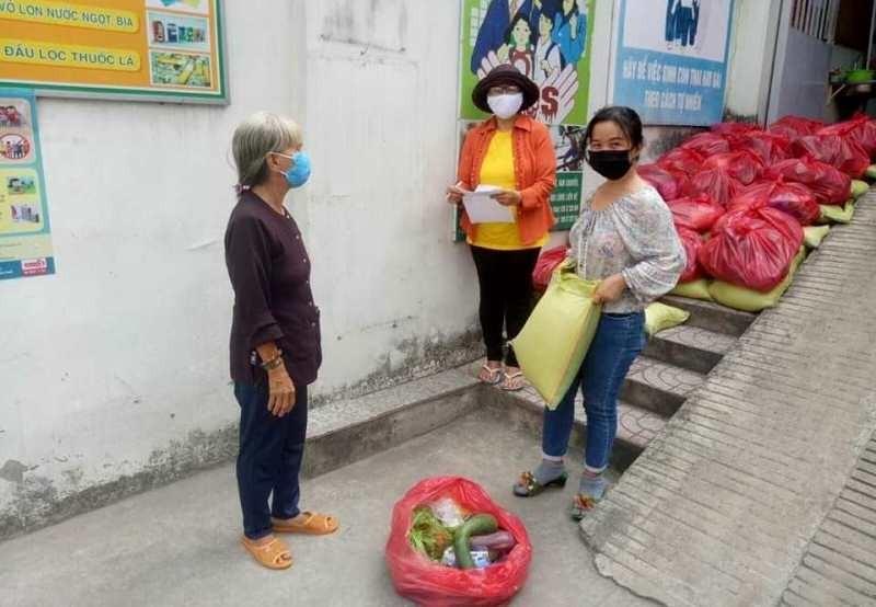 Phường Hiệp Bình Phước: Trao hàng ngàn phần quà cho dân nghèo - ảnh 1