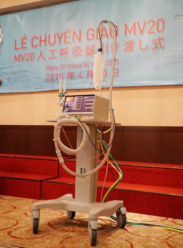 Chuyển giao 2 máy thở đầu tiên cho Việt Nam ứng phó COVID-19 - ảnh 1