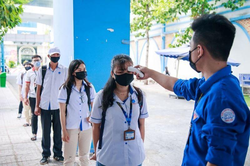 Sinh viên 'rồng rắn' xếp hàng dài ngày đầu trở lại trường học  - ảnh 12