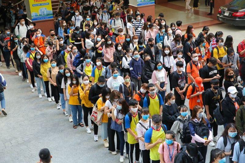 Sinh viên 'rồng rắn' xếp hàng dài ngày đầu trở lại trường học  - ảnh 3