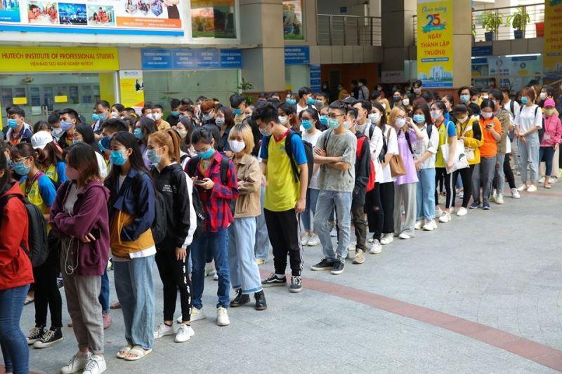 Sinh viên 'rồng rắn' xếp hàng dài ngày đầu trở lại trường học  - ảnh 4