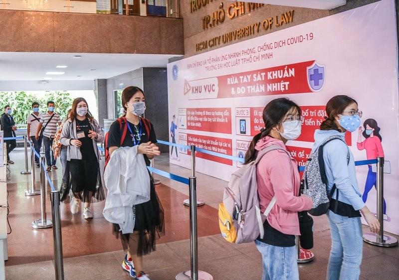 Sinh viên 'rồng rắn' xếp hàng dài ngày đầu trở lại trường học  - ảnh 7