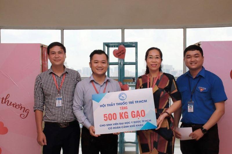 ĐH Y dược TP.HCM mở 'Góc sẻ chia' giúp sinh viên khó khăn - ảnh 7