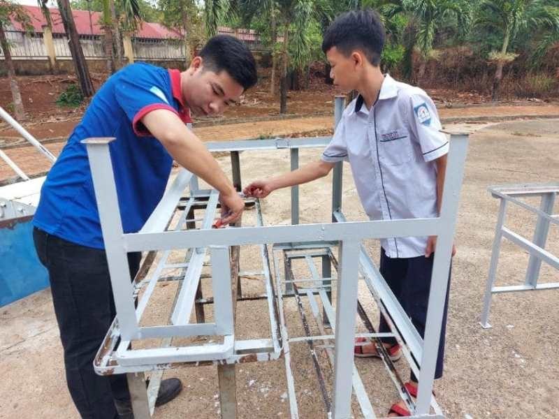 Sinh viên 'thay áo mới' cho bàn ghế cũ để tặng học sinh nghèo - ảnh 7