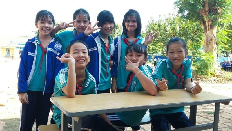 Sinh viên 'thay áo mới' cho bàn ghế cũ để tặng học sinh nghèo - ảnh 12