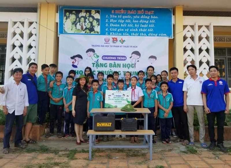 Sinh viên 'thay áo mới' cho bàn ghế cũ để tặng học sinh nghèo - ảnh 2
