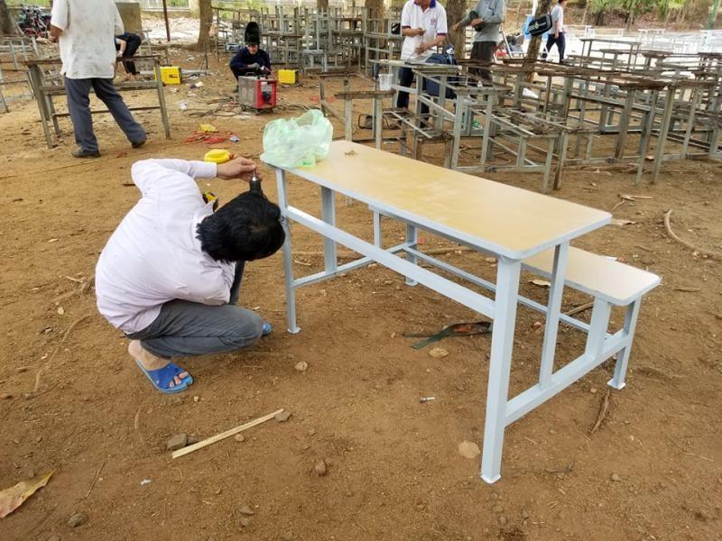 Sinh viên 'thay áo mới' cho bàn ghế cũ để tặng học sinh nghèo - ảnh 8