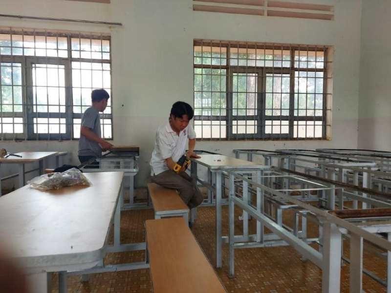 Sinh viên 'thay áo mới' cho bàn ghế cũ để tặng học sinh nghèo - ảnh 9