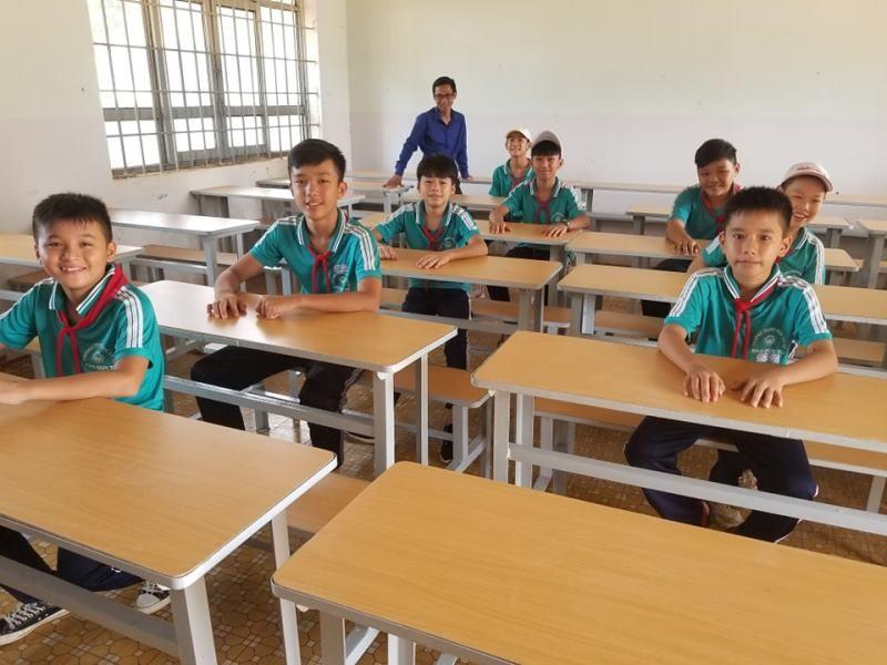 Sinh viên 'thay áo mới' cho bàn ghế cũ để tặng học sinh nghèo - ảnh 13