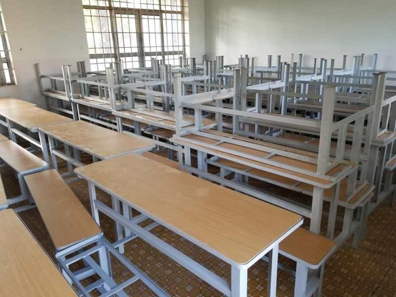 Sinh viên 'thay áo mới' cho bàn ghế cũ để tặng học sinh nghèo - ảnh 11