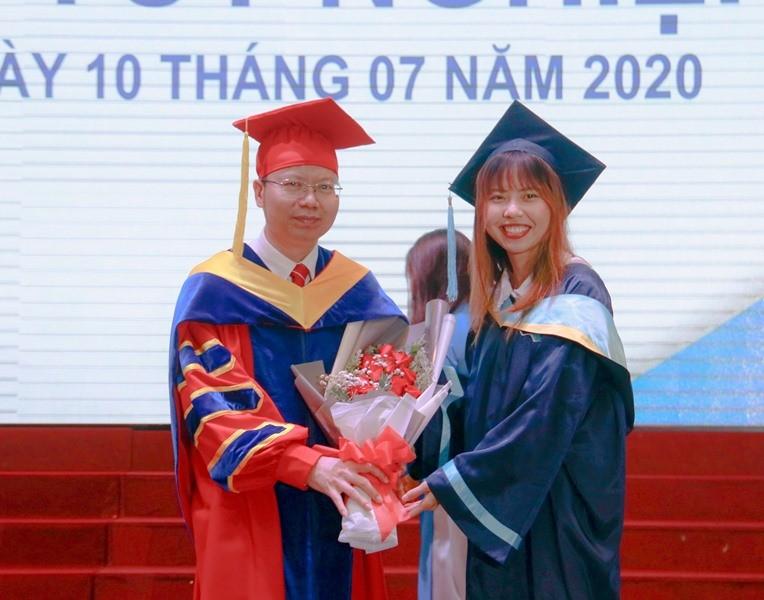 Hai 'bông hoa thép' đặc biệt ở lễ tốt nghiệp Trường Bách Khoa - ảnh 3