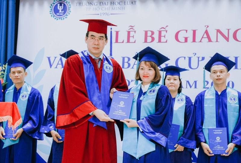 605 cử nhân luật đầu tiên nhận bằng tốt nghiệp theo mẫu mới - ảnh 1