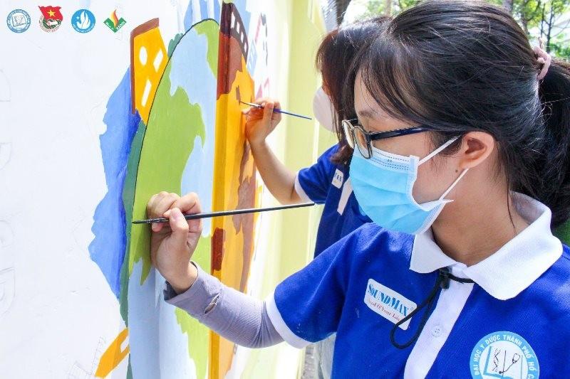 Sinh viên 'thay áo' cho ký túc xá để cổ vũ y bác sĩ chống dịch - ảnh 1
