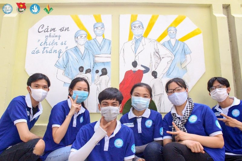 Sinh viên 'thay áo' cho ký túc xá để cổ vũ y bác sĩ chống dịch - ảnh 5
