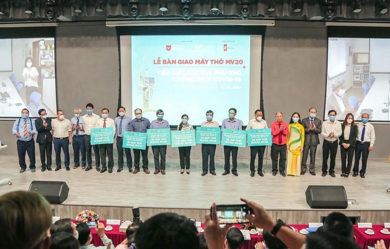 ĐH Văn Lang tặng 540 máy thở cho các địa phương chống COVID-19 - ảnh 5