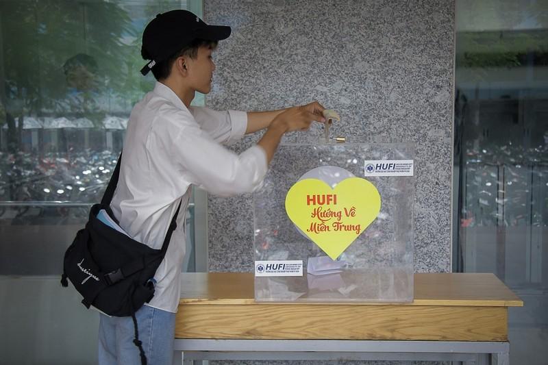 TP.HCM: Nhiều trường ĐH chi hàng tỉ đồng hỗ trợ SV miền Trung - ảnh 1