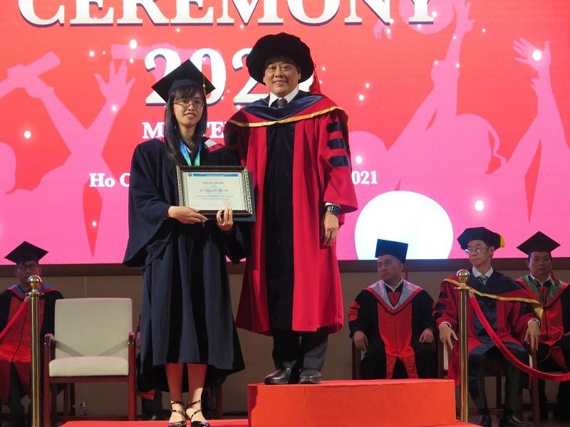 Bộ ba cùng họ Phan được vinh danh thủ khoa tại lễ tốt nghiệp - ảnh 1