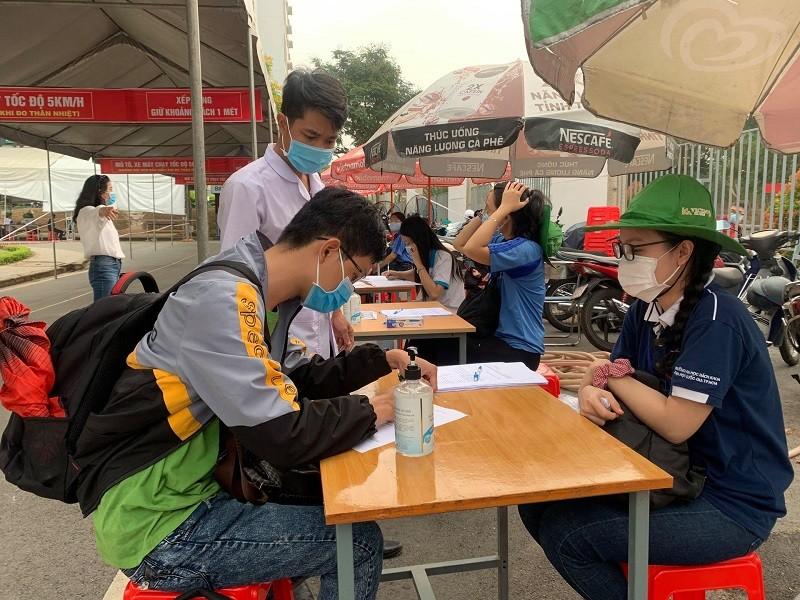 Sinh viên TP.HCM kín mít khẩu trang ngày đầu trở lại kí túc xá - ảnh 5