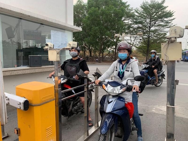 Sinh viên TP.HCM kín mít khẩu trang ngày đầu trở lại kí túc xá - ảnh 2