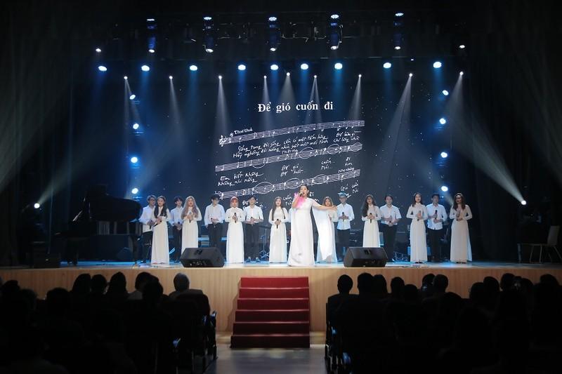Khán giả 'mê tít' giọng ca người Mỹ hát nhạc Trịnh Công Sơn - ảnh 4
