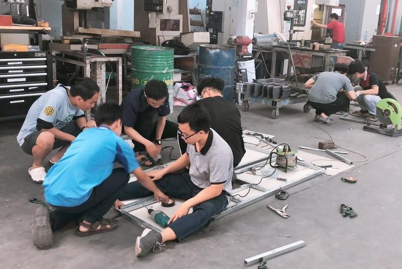 Sinh viên chế tạo máy đo thân nhiệt và rửa tay tích hợp IoT    - ảnh 1