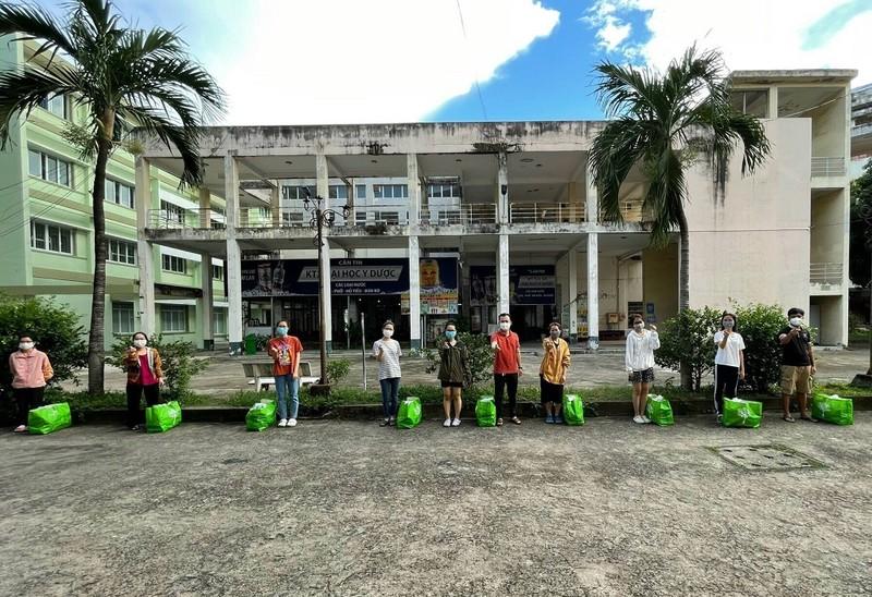 Gần 500 sinh viên y dược được tiếp tế nhu yếu phẩm - ảnh 1