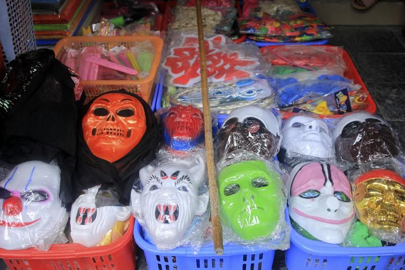 Tràn ngập trang phục Halloween trên đường phố - ảnh 5