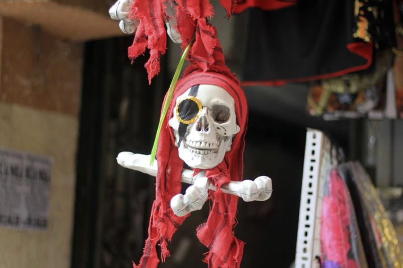 Tràn ngập trang phục Halloween trên đường phố - ảnh 6