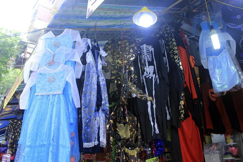 Tràn ngập trang phục Halloween trên đường phố - ảnh 8