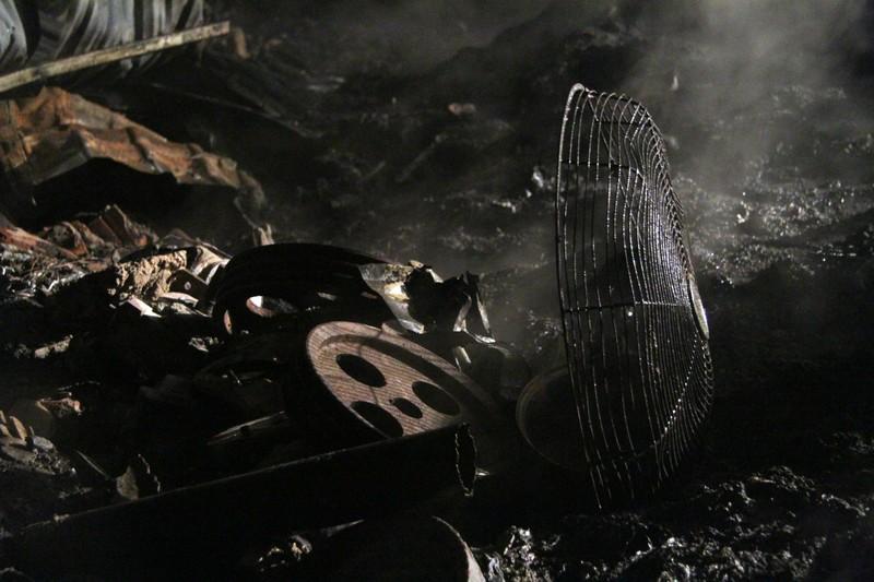 Một xưởng nhựa bị thiêu rụi hoàn toàn trong đêm - ảnh 4