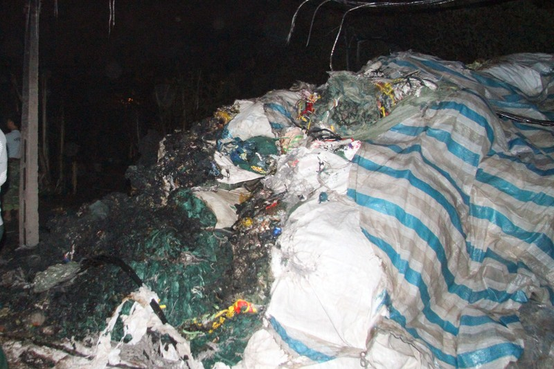 Một xưởng nhựa bị thiêu rụi hoàn toàn trong đêm - ảnh 7