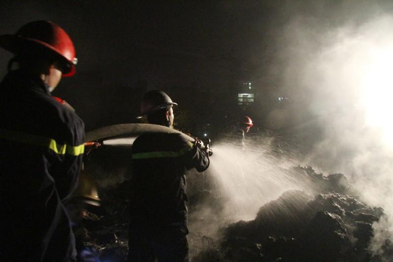 Một xưởng nhựa bị thiêu rụi hoàn toàn trong đêm - ảnh 8