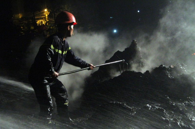 Một xưởng nhựa bị thiêu rụi hoàn toàn trong đêm - ảnh 9