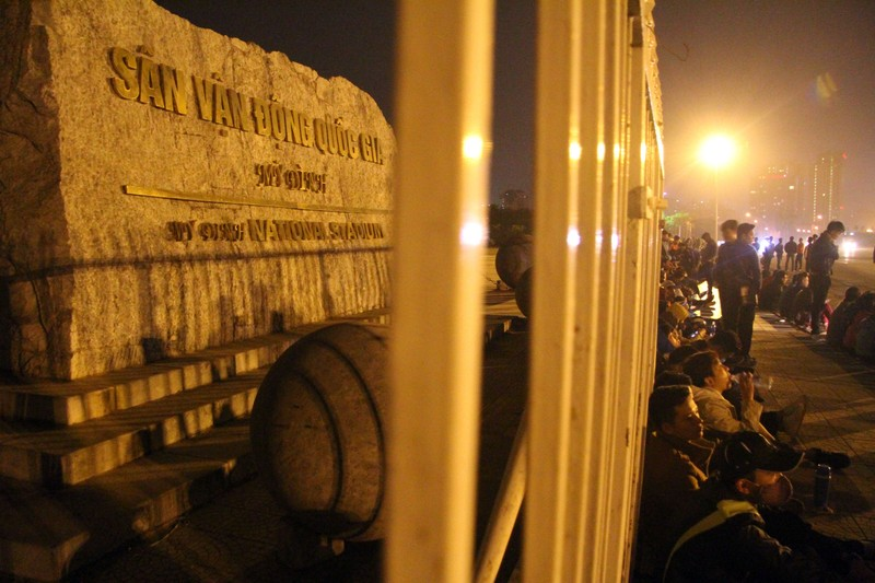 Trắng đêm chờ mua vé ở sân vận động Mỹ Đình  - ảnh 2