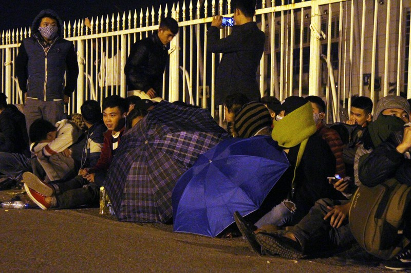 Trắng đêm chờ mua vé ở sân vận động Mỹ Đình  - ảnh 7