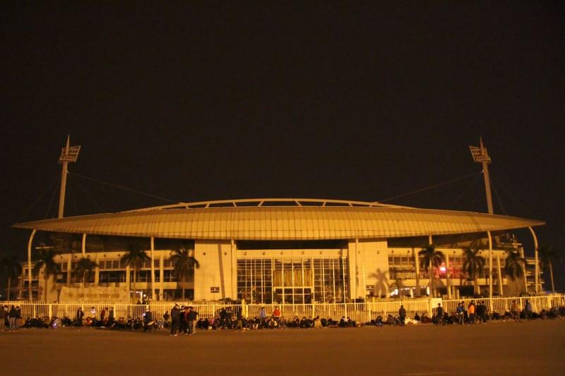 Trắng đêm chờ mua vé ở sân vận động Mỹ Đình  - ảnh 1