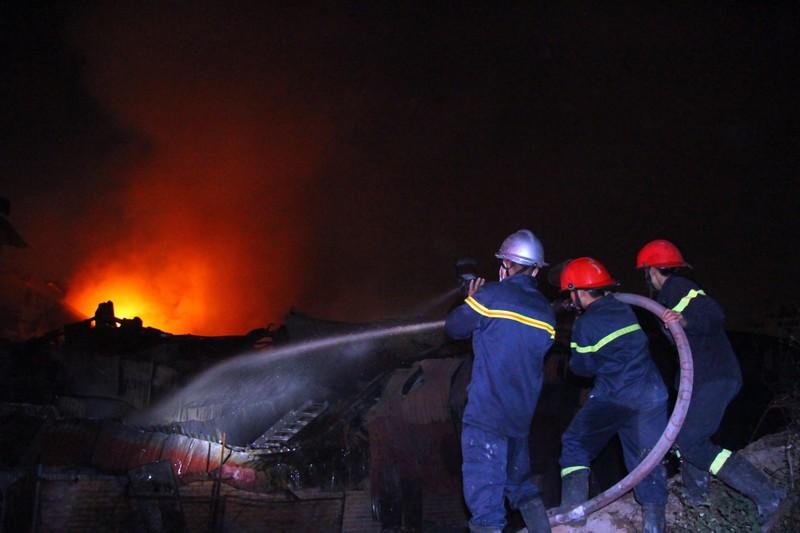 Hà Nội: Hơn 1.000 m2 nhà xưởng bị thiêu rụi trong đêm - ảnh 11