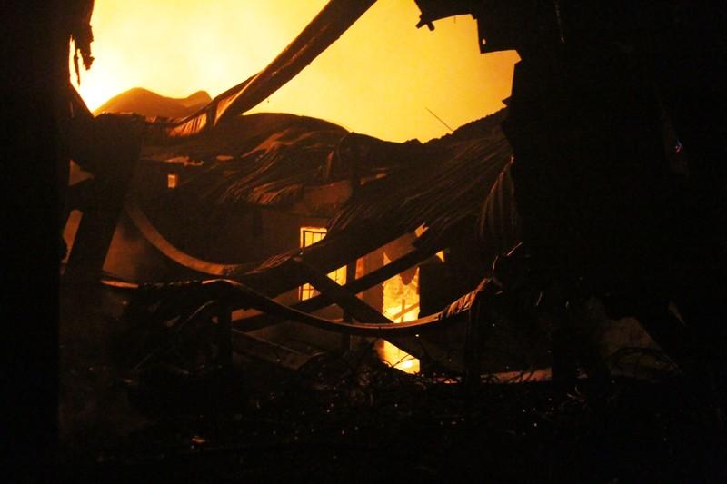 Hà Nội: Hơn 1.000 m2 nhà xưởng bị thiêu rụi trong đêm - ảnh 12