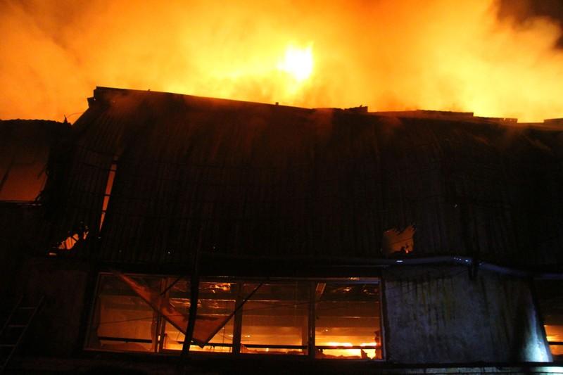 Hà Nội: Hơn 1.000 m2 nhà xưởng bị thiêu rụi trong đêm - ảnh 3