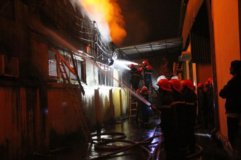 Hà Nội: Hơn 1.000 m2 nhà xưởng bị thiêu rụi trong đêm - ảnh 4