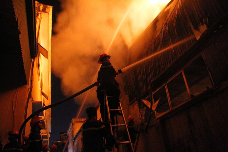 Hà Nội: Hơn 1.000 m2 nhà xưởng bị thiêu rụi trong đêm - ảnh 6
