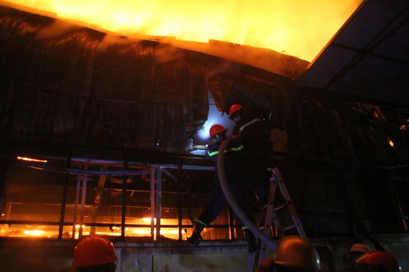 Hà Nội: Hơn 1.000 m2 nhà xưởng bị thiêu rụi trong đêm - ảnh 7