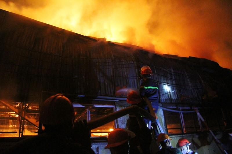 Hà Nội: Hơn 1.000 m2 nhà xưởng bị thiêu rụi trong đêm - ảnh 8