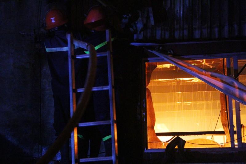 Hà Nội: Hơn 1.000 m2 nhà xưởng bị thiêu rụi trong đêm - ảnh 9