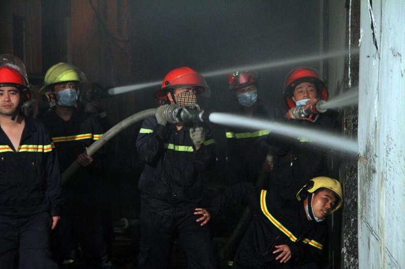 Hà Nội: Hơn 1.000 m2 nhà xưởng bị thiêu rụi trong đêm - ảnh 10