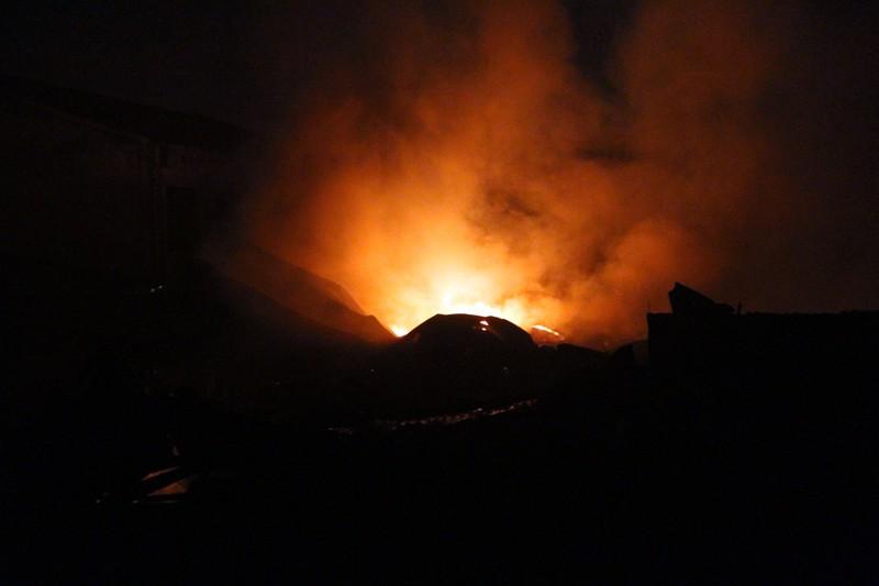 Nhìn từ xa, đám cháy đỏ rực cả một góc trời