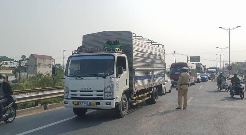 Lao vào dải phân cách, xe tải nằm chắn ngang quốc lộ - ảnh 2